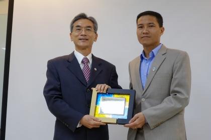 中興大學薛富盛校長(左)致贈感謝牌,由越南廣寧省農業和農村發展廳農民促進中心阮克勇主任代表受牌