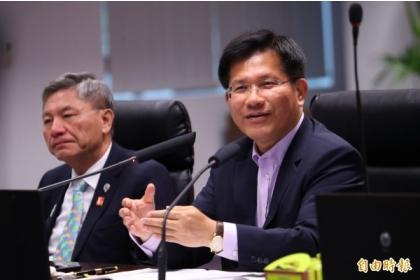 台中市長林佳龍(右)表示,市府呼應中央5+N新農業政策,已培訓超過100位青農。(記者張菁雅攝)