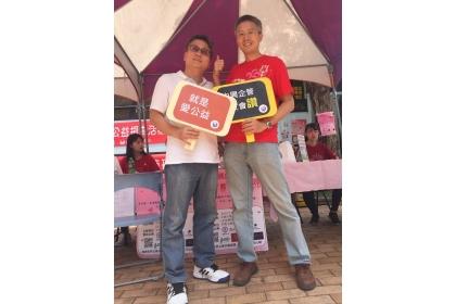 【兩岸時報】103學生會會長陳明章(左)帶家人捐血後和蕭櫓教授合影。