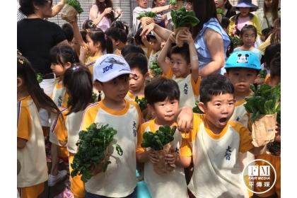 【大成報】大智附幼孩子們準備出發賣菜。(廖珮翎攝)