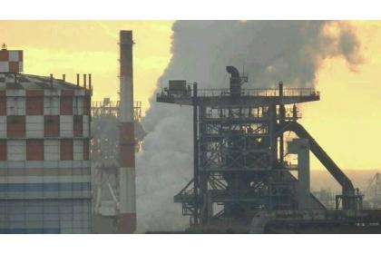 受到東北季風與平原地形影響,南部縣市的空氣污染物不易排散,空污經常超標。圖為高雄空污情形。(資料照,取自南部反空污大聯盟臉書)