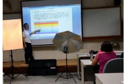 勞工大學開設網拍與商品攝影技巧解析課程。(記者蔡淑媛翻攝)