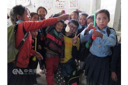 【中央社】將從中興大學企管系畢業的劉松旺(黃衣者)曾在求學路上迷途,度過一段低潮期,後透過投身公益、擔任志工找回重心,也決心繼續投入志工服務,帶給孩童歡樂。圖為劉松旺在尼泊爾擔任國際志工,與孩子們打成一片。(中興大學提供)中央社記者趙麗妍傳真 107年6月12日