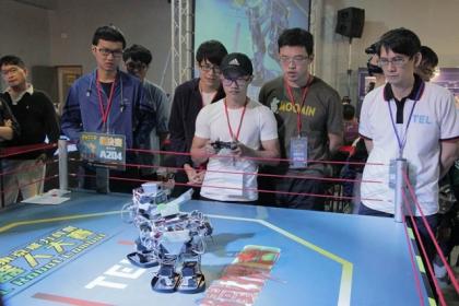 【蘋果日報】機器人格鬥賽過程緊湊刺激,令現場觀賽的觀眾驚呼連連。
