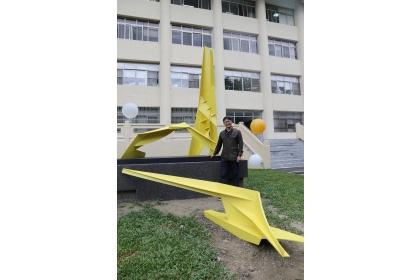 雕塑家楊上峰與其作品躍升