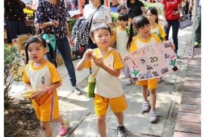 【自由時報】小朋友拿著蔬菜和自製的海報叫賣,非常可愛。(記者蔡淑媛翻攝)