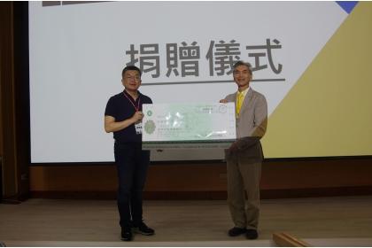 興大校友總會蔡其昌理事長(左)代表總會捐贈200萬元,由薛富盛校長受贈。