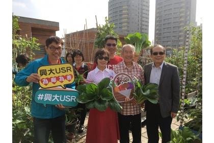 興大樂齡園藝團隊12月1日在臺中市南區西川里崇仁活動中心舉辦成果會,採收蔬果。