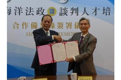 中興大學校長薛富盛(右起)、海洋委員會主任委員李仲威,分別代表雙方簽署合作備忘錄。
