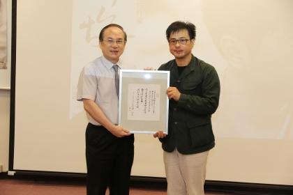 許悔之(右)題贈親書手墨,慶賀中興百年校慶,由興大副校長楊長賢代表受贈。