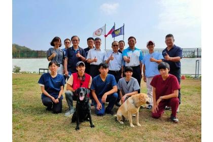 興大「浪愛齊步走」計畫團隊與臺中市政府消防局搜救犬隊合作。