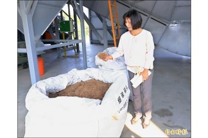 【自由時報】副市長林依瑩參觀文山綠資材中心運作方式。 (記者張菁雅攝)
