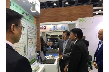 吳耿東向展覽主辦單位馬來西亞綠色技術公司代理總裁暨營運長穆斯塔法先生說明本校研發之技術