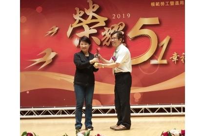 興大人事室賴富源主任(右)代表受贈