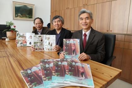 興大出版漫畫校史,右至左:興大校長薛富盛、圖書館館長林偉、校史館組組長蔡宗憲 。