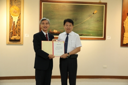 興大校長薛富盛(左)頒發感謝狀給展覽贊助者鴻標建設董事長陳錦標