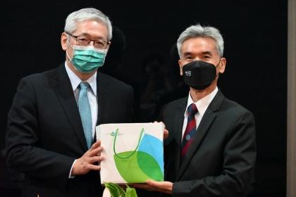 項恬毅秘書長(左)致贈國合會禮品給薛富盛校長。