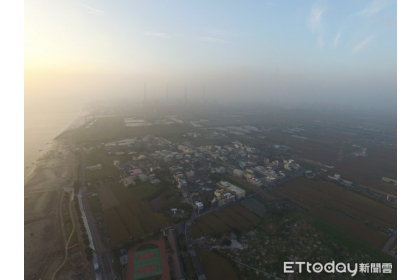【東森新聞】台中空污嚴重空拍圖,火力發電廠煙囪快不見。