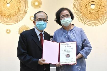 興大黃振文副校長(左)頒發感謝狀給展出者林秀鳳老師。