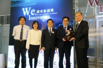 興大生命科學系蘇鴻麟教授(右2)、花蓮慈濟醫學中心林欣榮院長(中)團隊榮獲第14屆國家新創獎