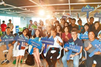 新北市政府於「2020全球仿生設計競賽-台灣海選」中增設3項新北在地議題,市長侯友宜(中)19日表揚獲獎團隊。(葉書宏攝)