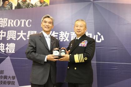 興大校長薛富盛(左)與總統府戰略顧問蒲澤春上將(右)交換紀念品