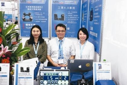 國立中興大學機械系教授兼副研發長劉建宏(中)與雷應科技夥伴合影。