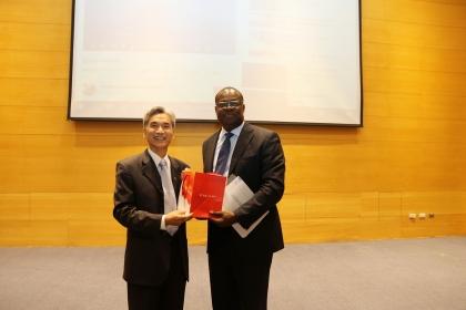 興大校長薛富盛(左)致贈凱西紀念品