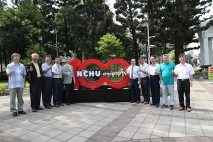 興大校長薛富盛(左5)與行政主管一同為興大百年校園裝置揭幕