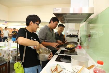 男大生自煮共食,吃得安心健康也促情誼交流