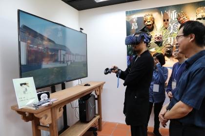 興大土木系楊明德教授(右1)與台文所邱貴芬教授結合VR虛擬實境技術重現李昂小說《迷園》中之場景.JPG