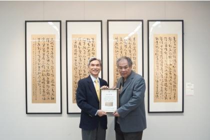興大薛富盛校長(左)致贈感謝狀予藝術家陳宏勉