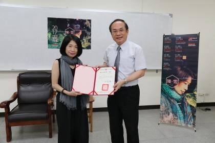 陳雪(左)擔任興大駐校作家,由興大副校長楊長賢頒發聘書