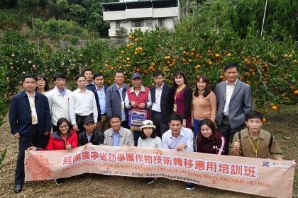越南廣寧省農業訪學團參訪柑橘園與古銘家園長合影