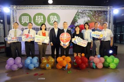 興大企業導師啟動儀式,興大校長薛富盛(右5)與企業代表、校內主管合影