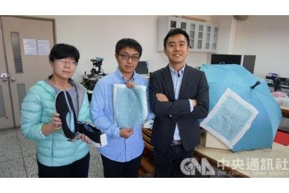 【中央社】中興大學材料科學與工程學系助理教授賴盈至(右)與研究生蕭勇麒(中)、吳幸玫(左)研發奈米防水發電布料,可擷取生活中因摩擦起電而產生的靜電。(中央社)