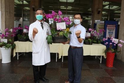 興大主秘林金賢(右)送花至台中榮總,由張繼森副院長代表接花