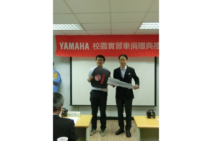 校園實習車捐贈,中興大學代表廖仁祺同學(左)接受贈車
