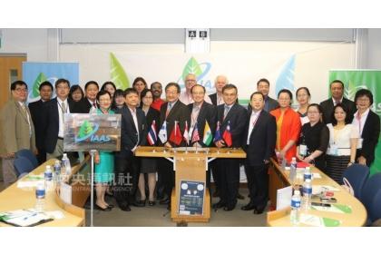 「國際農業永續學會」(IAAS)20日成立,期盼透過專業交流平台,集聚農業創新動能,協助開發中國家為永續農業發展努力,圖為學會成員合影。中央社記者黃自強新加坡攝