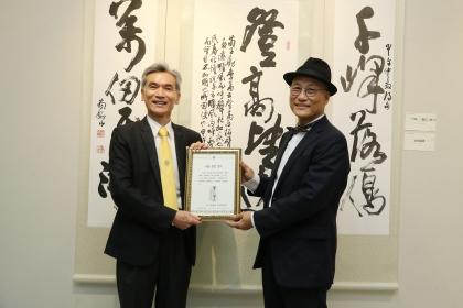 興大校長薛富盛(左)頒贈感謝狀給書法大師簡銘山