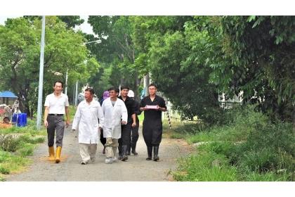 在李淵百老師(左2)帶領之下,興大動科系團隊已吹起土雞中興的號角
