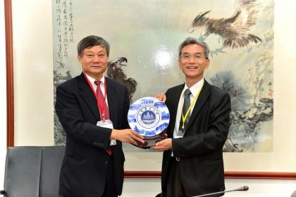 山東農業大學動物科技學院副院長趙孝民(左)致贈紀念品給中興大學校長薛富盛