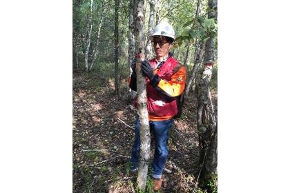 沈宗荏到亞伯達省的森林樣地,進行實地田野調查,這些數據對於監測樹木生長,與統計建模,都扮演著重要角色。