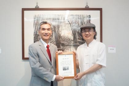 興大校長薛富盛(左)頒發感謝狀給林清鏡教授