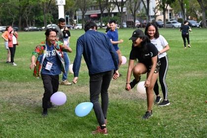 刺激的踩氣球讓興大的外籍學生們玩得不亦樂乎。