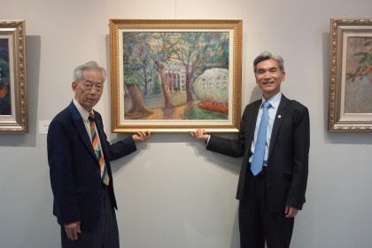 趙宗冠醫師(左)慨贈油畫「中興大學行政大樓」予興大典藏