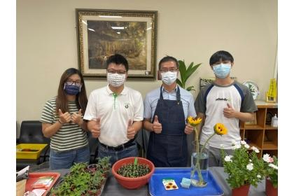 吳振發教授計畫主持人(左二)與陳錦木助理教授課程講師(右二)及拍攝助理團隊