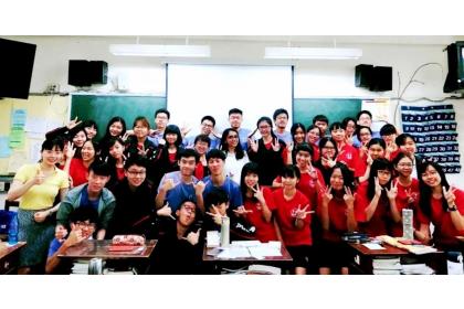 教育部台灣獎學金受獎生珊迪亞(中間白色上衣)曾到台中文華高中介紹印度文化。(教育部提供)