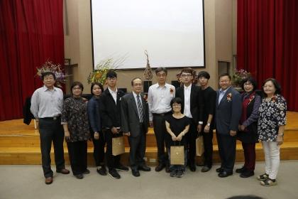興大副校長黃振文(左5)、台中市農業局局長王俊雄(右3)與花藝國手及貴賓合影