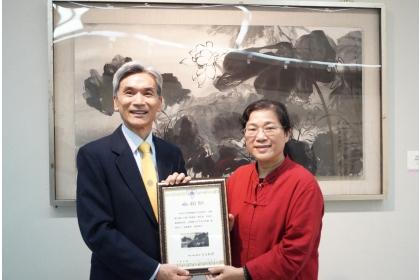 興大薛富盛校長(左)致贈感謝狀予藝術家林淑女